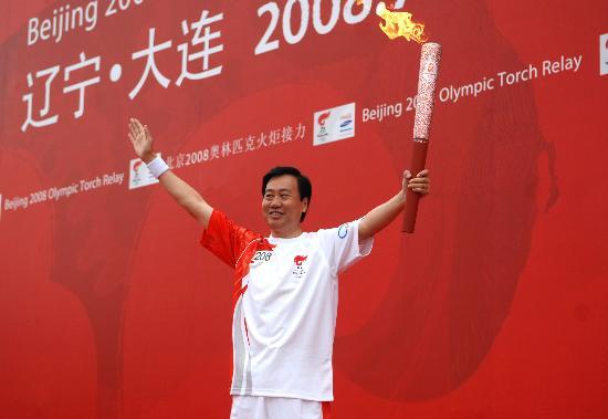图文-北京奥运圣火在大连传递 夏德仁展示火炬
