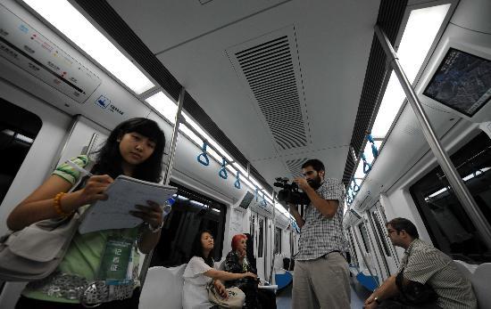 图文-体验北京地铁奥运支线 中外记者乘坐地铁