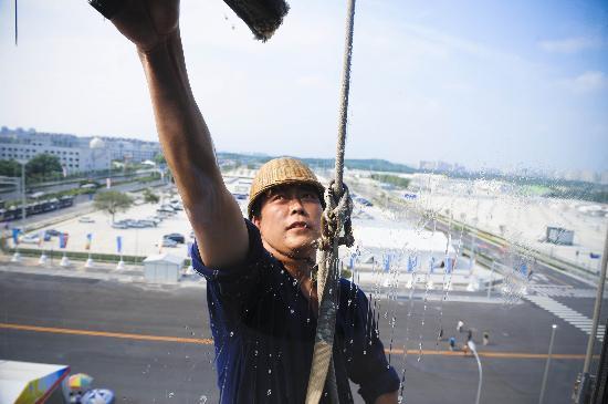 图文-为奥运会主新闻中心洗脸 工人们辛苦工作