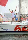图文-奥运圣火在青岛传递 郭川帆船上传火炬