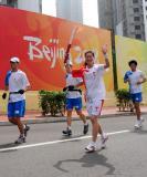 图文-奥运圣火在青岛传递 高飞正在向摄像机招手