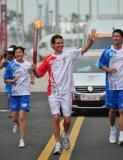 图文-奥运圣火在青岛传递 外国友人加入传递队伍