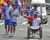 图文-北京奥运圣火在青岛传递 李克在进行传递