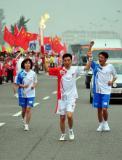 图文-北京奥运圣火在临沂传递 刘江滨在进行传递
