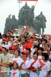 图文-奥运圣火在曲阜传递 观众为火炬传递加油