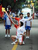 图文-奥运圣火在泰安传递 宋志果与孔馨苑交接后合影