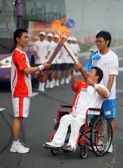 图文-奥运圣火在郑州传递 交接传递人间温暖