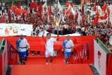 图文-北京奥运圣火在郑州传递 邬江兴传递最后一棒