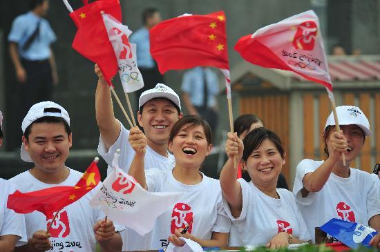 图文-北京奥运圣火在郑州传递 市民为圣火加油