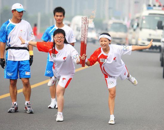 图文-奥运圣火在郑州传递 白鹤亮翅吸引更多目光