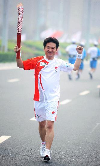 图文-奥运圣火在郑州传递 刘跃亭手持火炬传递