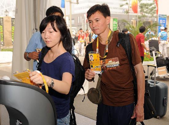图文-北京奥运会媒体村正式开村 记者进行身份识别
