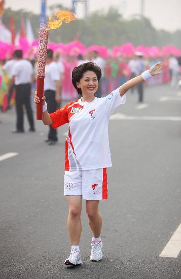 图文-奥运圣火在郑州传递 海霞迷人微笑亲切挥手