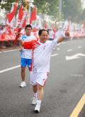 图文-奥运圣火在郑州传递 竖起大拇指我感觉很棒