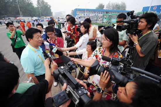 图文-群众踊跃购买第四阶段奥运门票 工作人员答疑