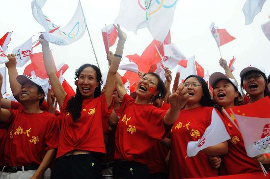 图文-北京奥运圣火在开封传递 当地群众激情助威