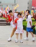 图文-北京奥运圣火在开封传递 交接后开心合影