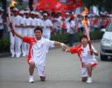 图文-北京奥运圣火在开封传递 一起蹲下手牵着手