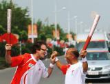 图文-北京奥运圣火在开封传递 稳重大山热情洋溢