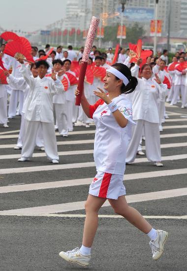 图文-北京奥运圣火在开封传递 激情豪迈向前进