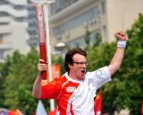 图文-北京奥运圣火在开封传递 这双臂膀结实有劲