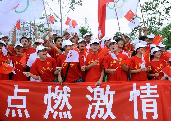 图文-北京奥运圣火在开封传递 红色衣衫点燃激情