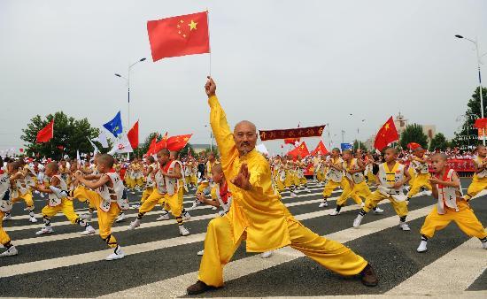 图文-北京奥运圣火在开封传递 老少演绎武术经典