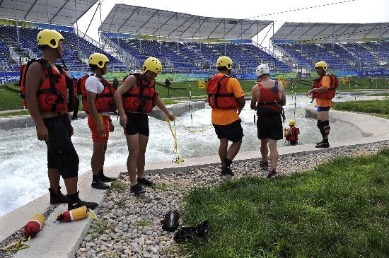 图文-奥运会皮划艇救生队进行训练 相互交流经验