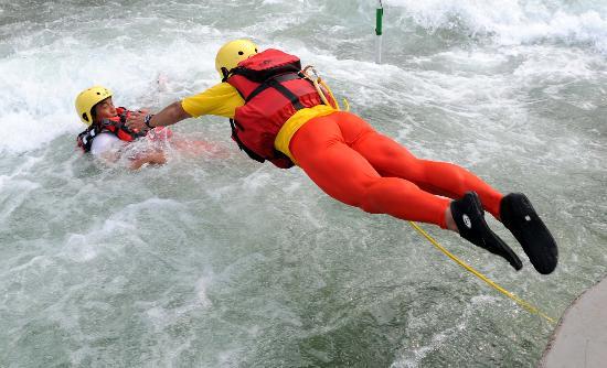 图文-奥运会皮划艇救生队进行训练 救生员奋不顾身