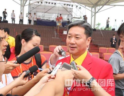 图文-北京奥运村举行开村仪式 黄玉斌面对记者提问
