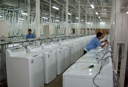 图文-探秘北京奥运村内景 工作人员调试洗衣机