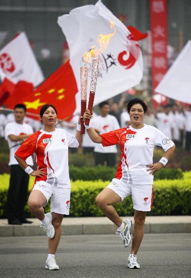 图文-北京奥运圣火在安阳传递 张美瑛与张峻英合影