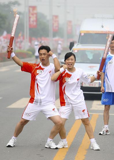 图文-奥运圣火在安阳传递 我们拥有神奇的力量