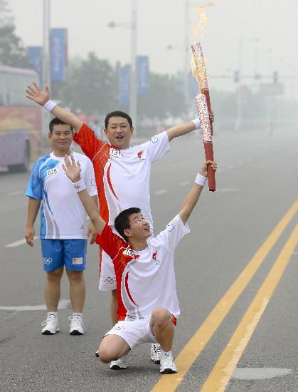 图文-北京奥运圣火在安阳传递 刘昆与师亚威合影