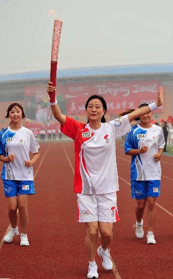 图文-奥运圣火在安阳传递 李晓煜手持火炬传递