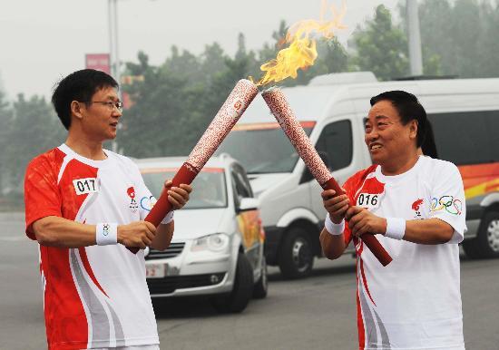图文-奥运圣火在安阳传递 交接时刻感受温馨传递