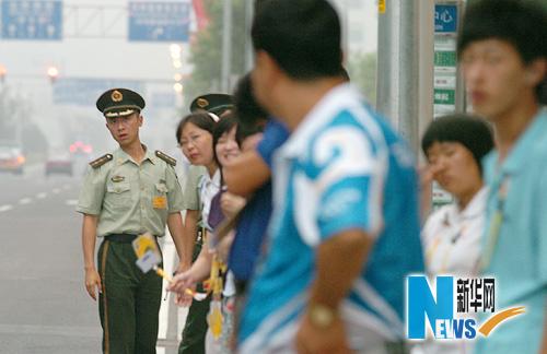 图文-市民争睹开幕式首次带妆彩排 主新闻中心一景