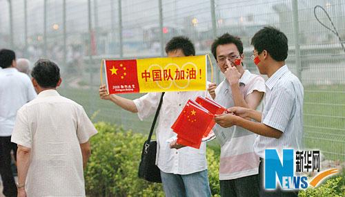 图文-市民争睹开幕式首次带妆彩排 为中国队加油