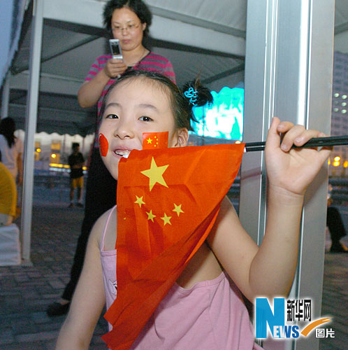 图文-市民争睹开幕式首次带妆彩排 小女孩也爱国旗