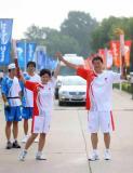 图文-北京奥运圣火在秦皇岛传递 击掌交接成主流