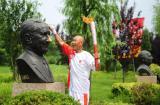 图文-北京奥运圣火在秦皇岛传递 与萨翁亲密接触