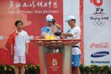 图文-北京奥运圣火在秦皇岛传递 护卫队引回火种灯