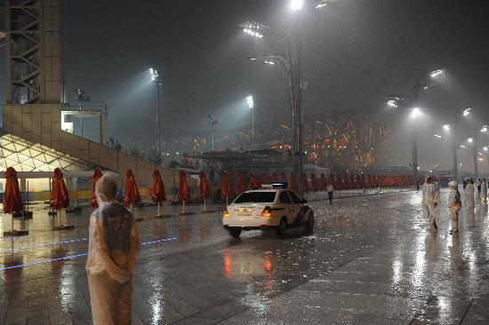 图文-开幕式彩排突遇大雨 志愿者冒雨坚守岗位
