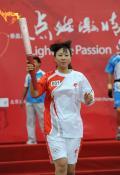 图文-奥运圣火在唐山传递 蝶泳奥运冠军钱红首棒