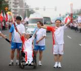 图文-北京奥运圣火在唐山传递 李禹辉葛昌玉交接