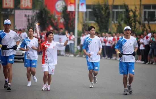 图文-奥运圣火在唐山传递 董芳霄手持火炬传递