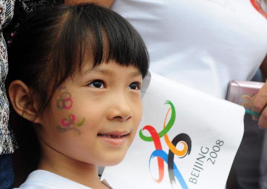 图文-奥运圣火在河北唐山传递 小朋友等待圣火到来
