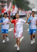 图文-奥运圣火在河北唐山传递 火炬手马艳春