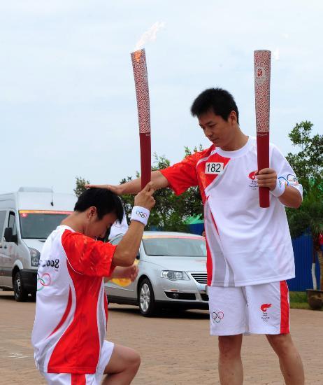 图文-奥运圣火在河北唐山传递 任二林与儿子交接