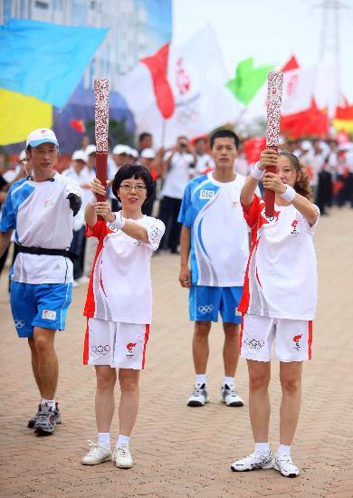图文-奥运圣火在唐山传递 火炬手马丽娜与卢明